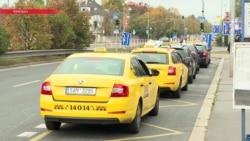 Таксисты Праги в знак протеста против Uber заблокировали дорогу в аэропорт