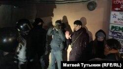 Задержание протестующих во дворе дома в Петербурге в ночь со 2 на 3 февраля 2020 года
