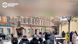 В Петербурге полицейский угрожает протестующим пистолетом