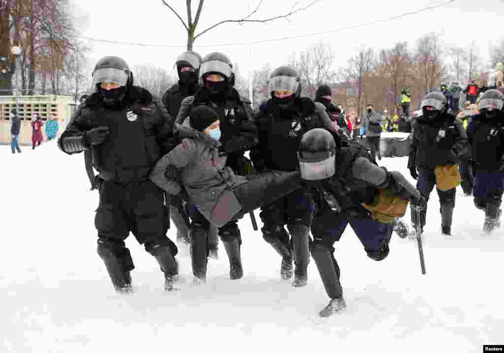 В Петербурге на Сенной площади протестующие закидали ОМОН снежками, после чего там начались массовые задержания. Демонстранты взяли ОМОН в кольцо, силовики защищаются щитами