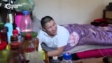 Житель Бишкека, лежа в постели, шьет сумки и кошельки из кожи