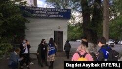 Журналисты около отдела полиции Алматы, куда доставили Темирлана Енсебека