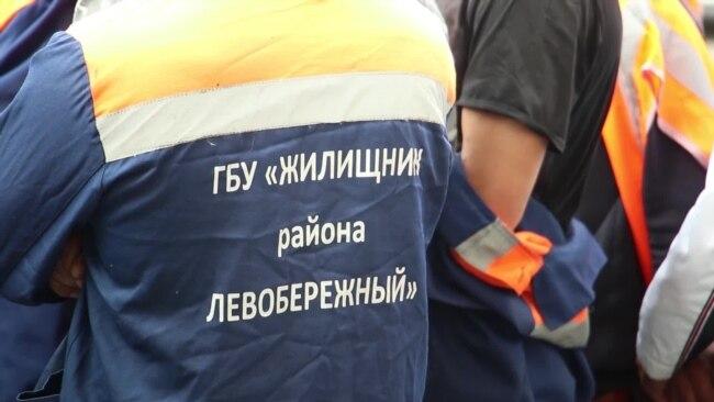 Дворникам-мигрантам в Москве урезали зарплату на треть