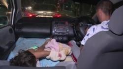 Таксист водит машину с дочерью: ребенка не с кем оставить