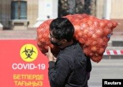 Участник ежегодной продовольственной ярмарки в Алматы