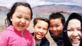 Алтын Капалова (справа) с детьми. Фото: личный архив