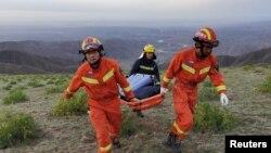 Участники спасательной операции в провинции Ганьсу, Китай. 22 мая 2021 года. Фото: Reuters