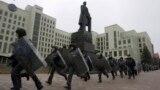 Белорусские силовики во время акций протеста у здания Национального собрания