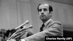 Сенатор Джо Байден на пресс-конференции в Вашингтоне в 1979 году