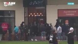 Люди пришли поддержать работников кафе, в котором милиция разбила стекло, задерживая протестующих