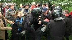 В Петербурге люди отбили у полиции участницу протеста против пенсионной реформы