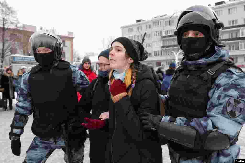 В Москве начались жесткие задержания. В автозаки образовались очереди, сообщает корреспондент Настоящего Времени. По данным на 23:59 мск, всего по России задержали более 5,1тысячи человек