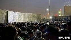 Несмотря на сообщения о приостановке полетов, люди пытаются попасть внутрь аэропорта Кабула, 23 августа 2021 года