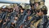 """Бойцы """"Талибана"""" занимают позиции в аэропорту Кабула после того, как оттуда улетел последний самолет США. Многие одеты в трофейную американскую форму. 31 августа 2021 года"""
