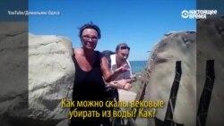 Жители Одессы кувалдами разбивают заборы на пляжах, которые не дают им пройти к морю
