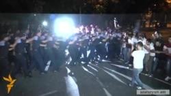 Полиция в Ереване вытесняет протестующих с проспекта Баграмяна 12 сентября 2015 года