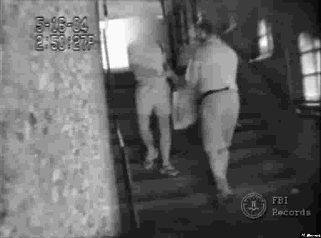 ФБР также выпустило видео, датированное 2004 годом. На нем видно, как один из российских дипломатов передает Кристоферу Метсосу, одиннадцатому члену ячейки, который не жил в США, пакет с наличными. Его арестовали власти Кипра вскоре после задержания десятерых человек в США