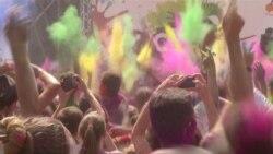 В Киеве прошел красочный фестиваль Холи