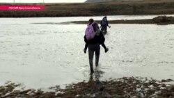 В школу - вброд через реку на чужой спине