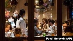 Согласно прогнозу уполномоченного в сфере ресторанного бизнеса Москвы Сергея Миронова, из-за новых антиковидных ограничений заведения могут потерять 90% посетителей