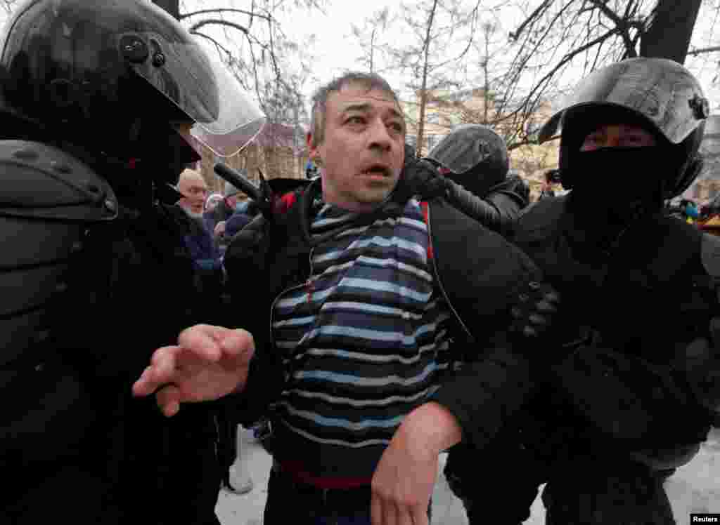 В Санкт-Петербурге задерживают участников акции, которые собрались на улице Гороховой, и просто находящихся там людей без предупреждения и объяснения причин. Силовики задерживают в основном тех, кто стоит отдельно от большой группы людей