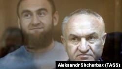 Бывший сенатор Рауф Арашуков с отцом Раулем Арашуковым в зале суда