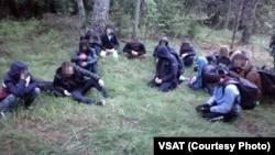 Мигранты из Ирака, задержанные на белорусско-литовской границе 18 мая 2021 года