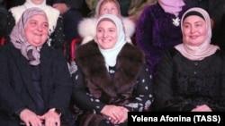 Жена главы Чечни Рамзана Кадырова Медни (в центре) на праздничном концерте, посвященном 200-летию со дня основания города Грозного