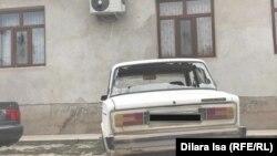 Автомобиль с разбитыми окнами в селе Шорнак. Туркестанская область, 23 июля 2020 года.