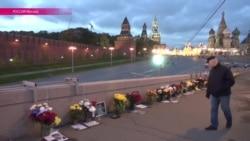 Москвичи уже полгода поддерживают мемориал на Москворецком Мосту, где был убит Борис Немцов