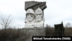 Памятник воинам Красной армии в поселке Зайцево. По поселку проходит линия разграничения сил на Донбассе. Украина, Донецкая область, ноябрь 2018 года