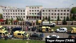 Машины полиции и скорой помощи у школы №175, где была открыта стрельба, 11 мая 2021 года