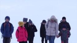 Дети из Нарынского района Кыргызстана каждый день проходят семь километров до школы