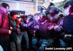 Полицейские бьют протестующих дубинками на набережной Мойки в Петербурге. Фото: AP