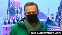 Алексей Навальный дает короткий комментарий прессе в аэропорту Шереметьево 17 января 2021 года