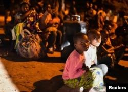 Жители Гомы покидали свои дома, захватив лишь самое необходимое. Фото: Reuters
