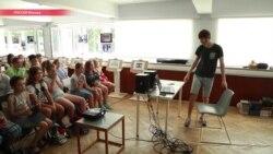 Видеоблогинг вместо книжек: чему летом-2017 учат в лагерях российских детей?